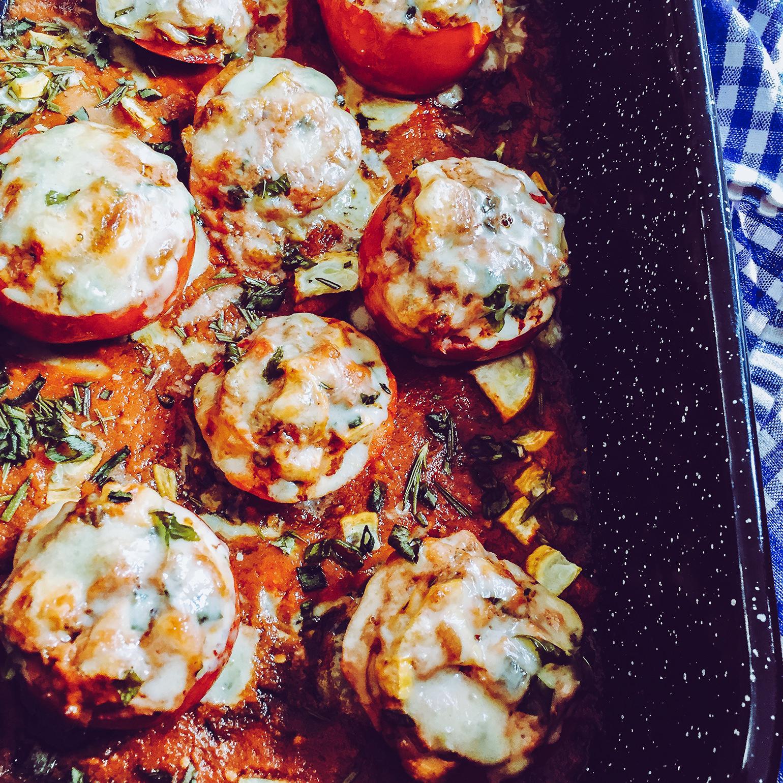 Gefüllte Tomaten auf Glasnudeln