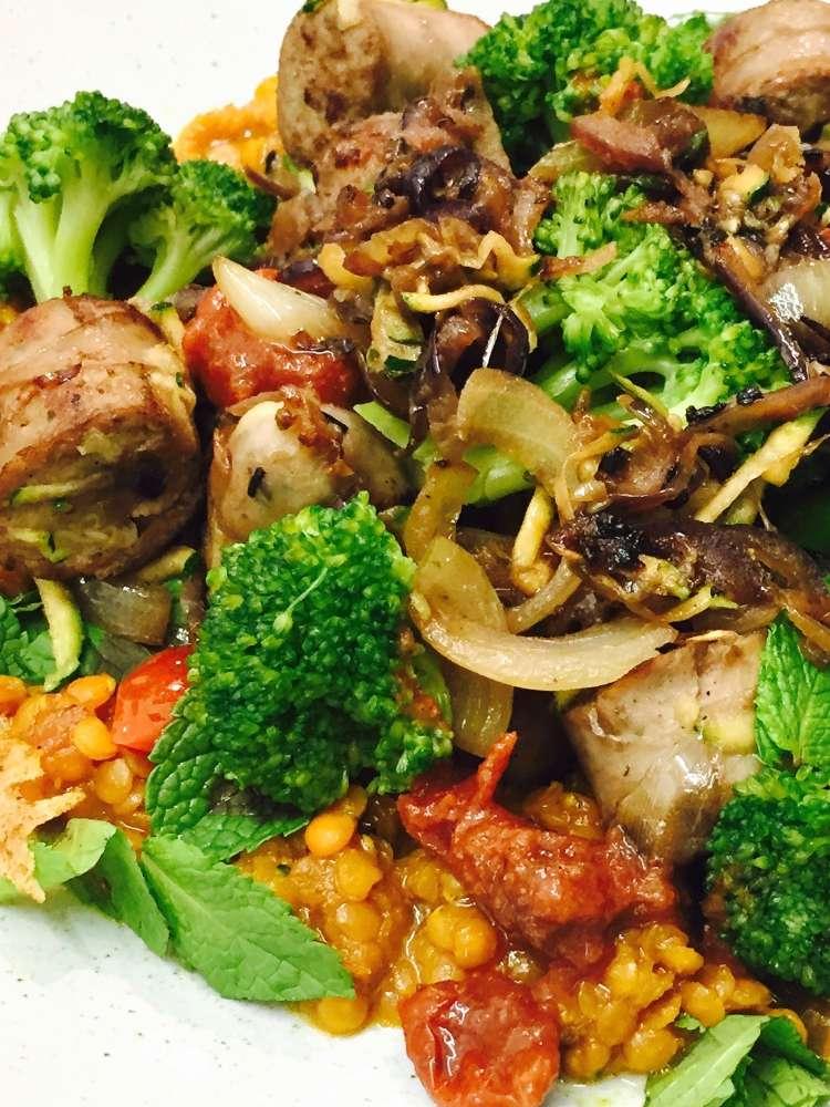 Bratwurstragout auf roten Linsen mit Brokkoli