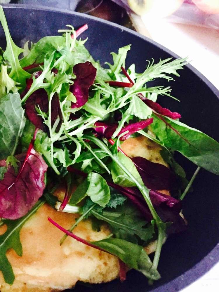 Gefülltes Omelett mit Salat und Stremellachs