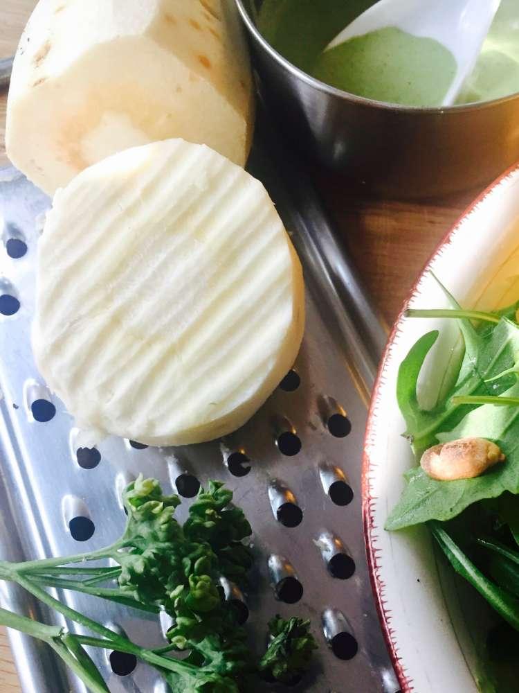 Bowl mit Pastinakensalat, gelber Papaya und Rucola