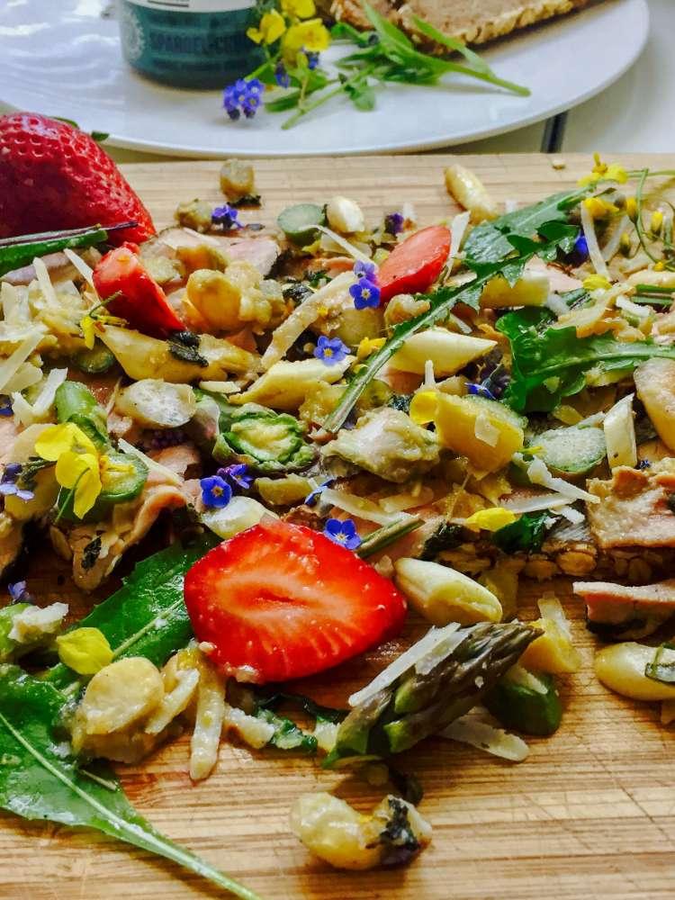 Spargel mit Schweinefilet, Erdbeeren, Löwenzahn und Vergissmeinnicht